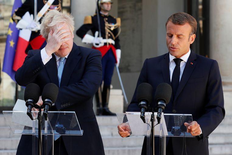 De Britse premier Boris Johnson (links) en de Franse president Emmanuel Macron geven een gezamenlijke persverklaring voorafgaand aan hun Brexitoverleg in het Élysée in Parijs. Beeld Reuters