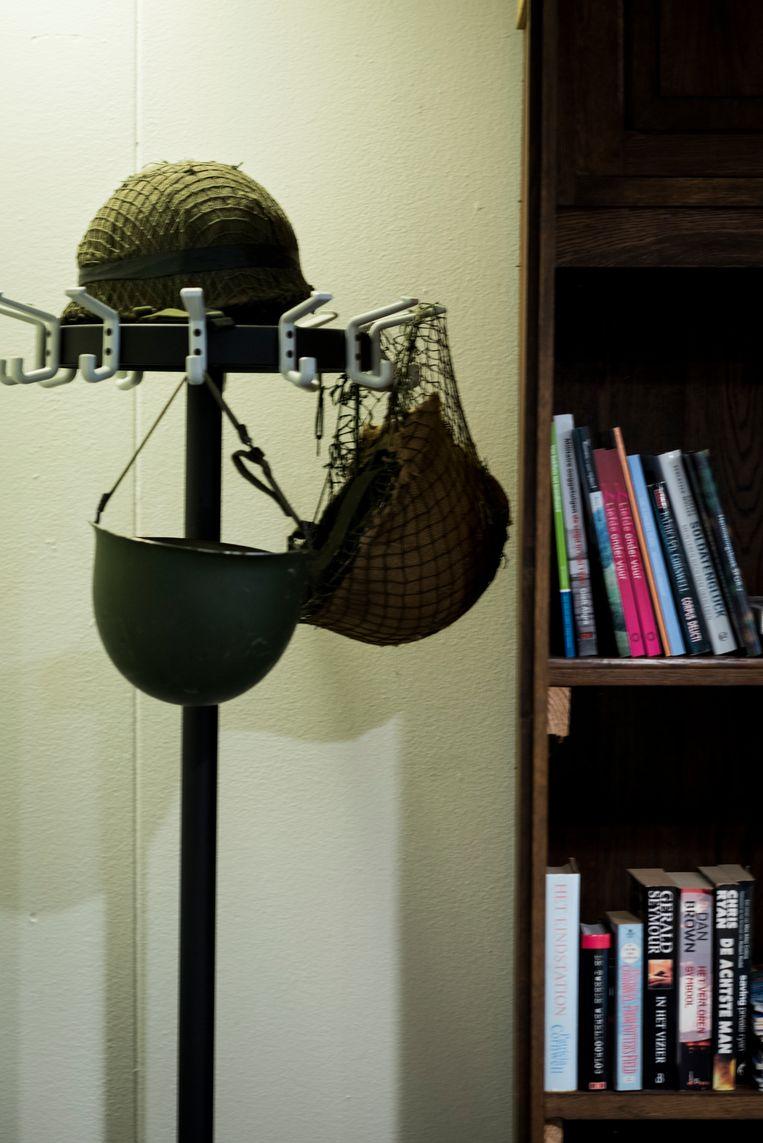 In de huiskamer van Thuisbasis Veteranen hangen helmen en andere militaire spullen. Beeld Linelle Deunk