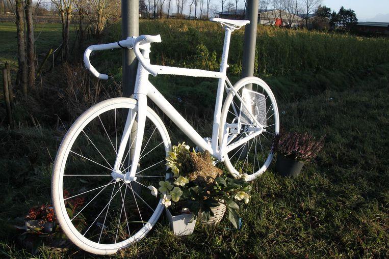 Aan de N446 in Waasmunster staat nu een fiets ter nagedachtenis van Jan.