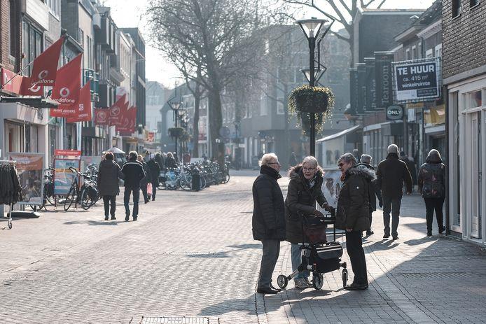 Ouderen shoppen in het centrum van Zevenaar. Archieffoto ter illustratie.