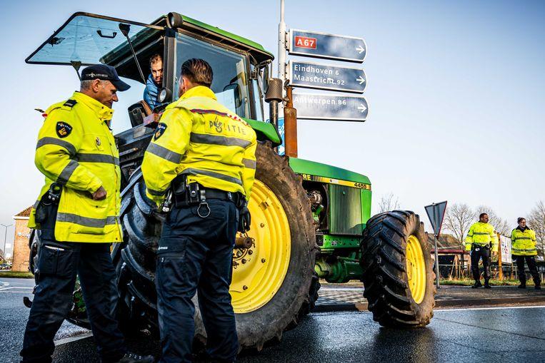 Boze boeren blokkeren de oprit A67 bij Geldrop. Beeld ANP