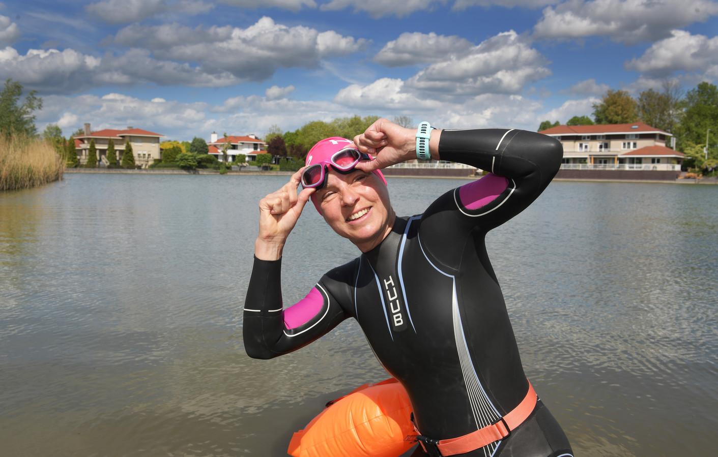 Triatlete Carin van den Bosch maakt zich op voor een zwemtraining in de Steenvliet.