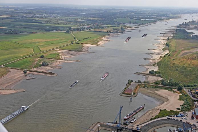 Ook in de Waal staat het water extreem laag.