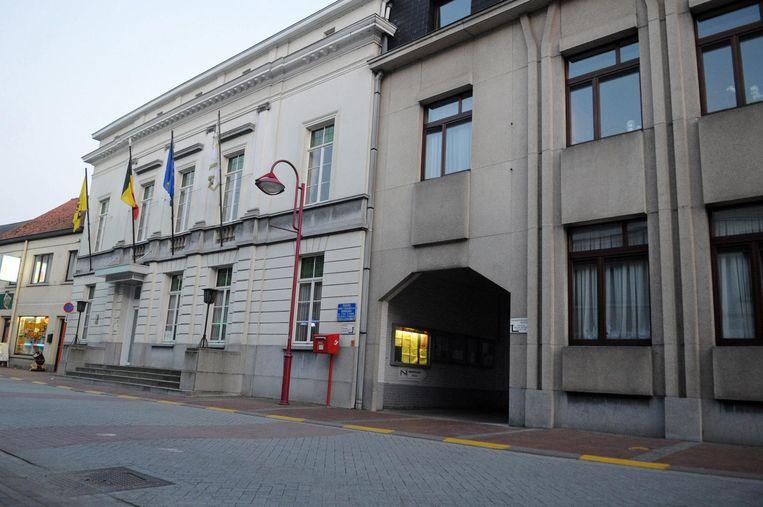 Het gemeentehuis in Nevele. De nieuwbouw komt er niet.