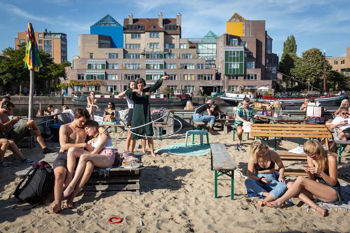 Het strandje bij het voormalige Roest in Oost, op een zonnige zomerdag goed bezocht.