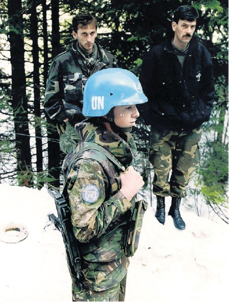 1994: Een Dutchbatter met twee moslim-mannen in Srebrenica. © ANP Beeld