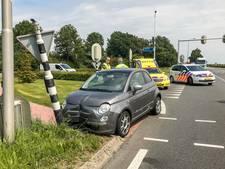 Vrouw ramt verkeerslicht met haar auto in Lopik na onwelwording