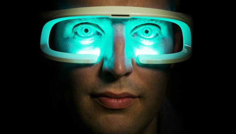 Zwemkampioen Maarten van der Weijden met een lichtbril. Eerder gebruikte hij een lichtpet. Beeld Jiri Buller