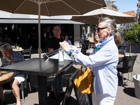 Zutphen geniet met mate en grondig ontsmette handen van het zonnige terras
