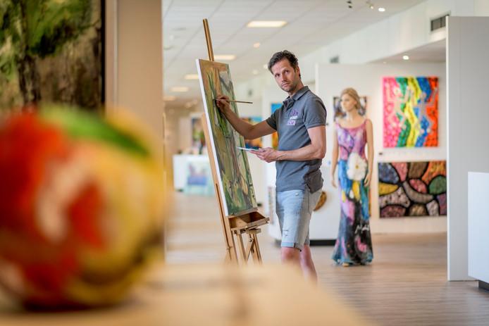 Paul Smidt heeft in galerie Kunstbrug z'n eigen atelier. Behalve op doek schildert hij op kleding. Tot en met september is boven de Eektestraat de zesde expositie te zien.