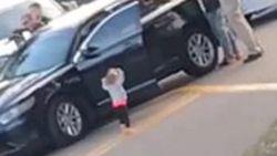 Peuter kruipt uit pick-uptruck en stapt met handen omhoog op gewapende agenten af