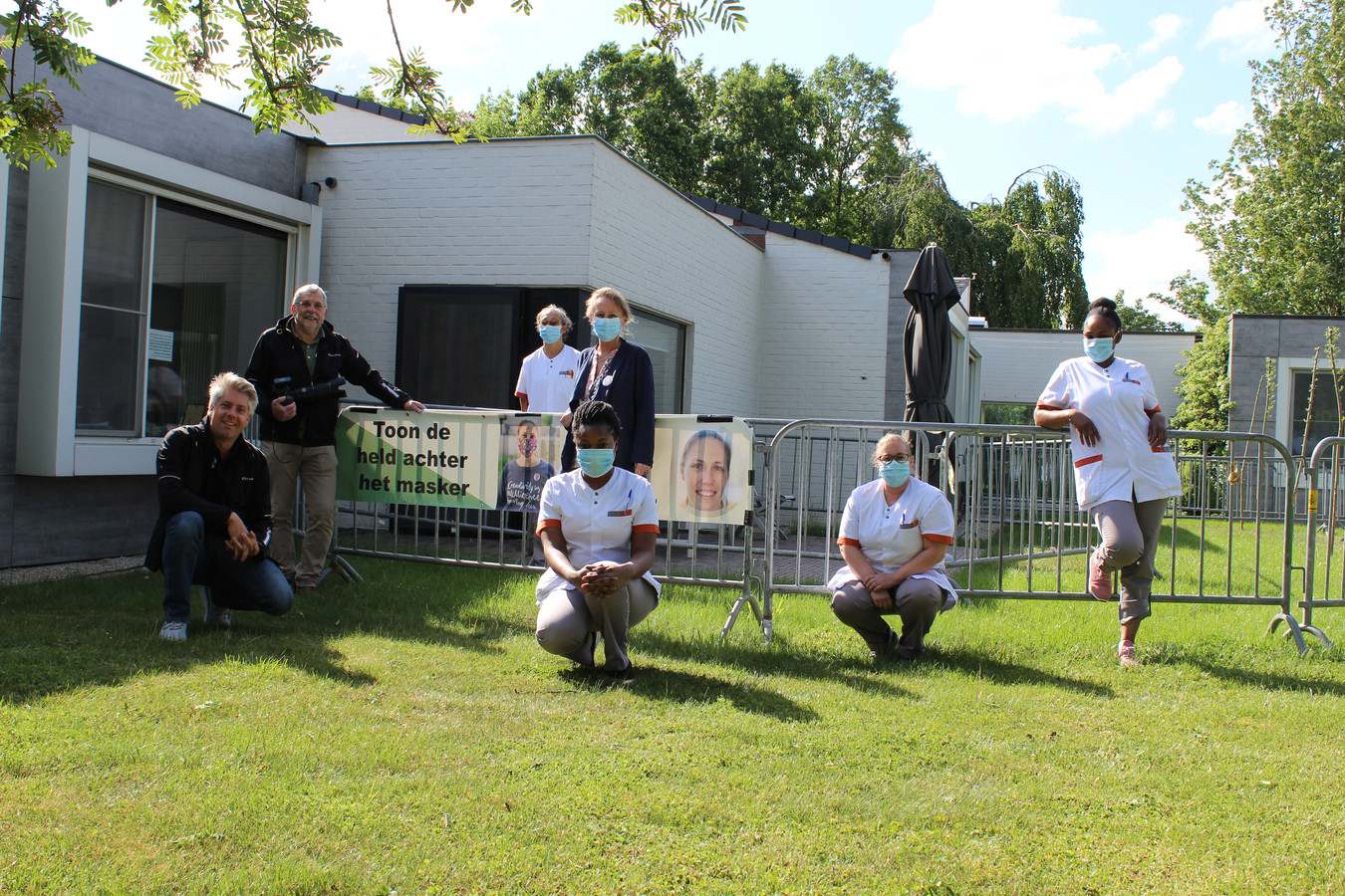 Fotograaf Luc Hilderson kwam foto's nemen van het verplegend personeel van WZC Henri Vander Stokken.