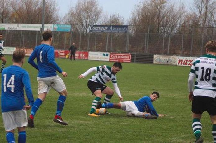 Dennis Kovacevic (gestreept shirt) in actie voor Zeelandia Middelburg tegen Hoeven.