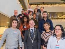 Veertien nieuwe Nederlanders bijeen op naturalisatiefeestje in Berg en Dal