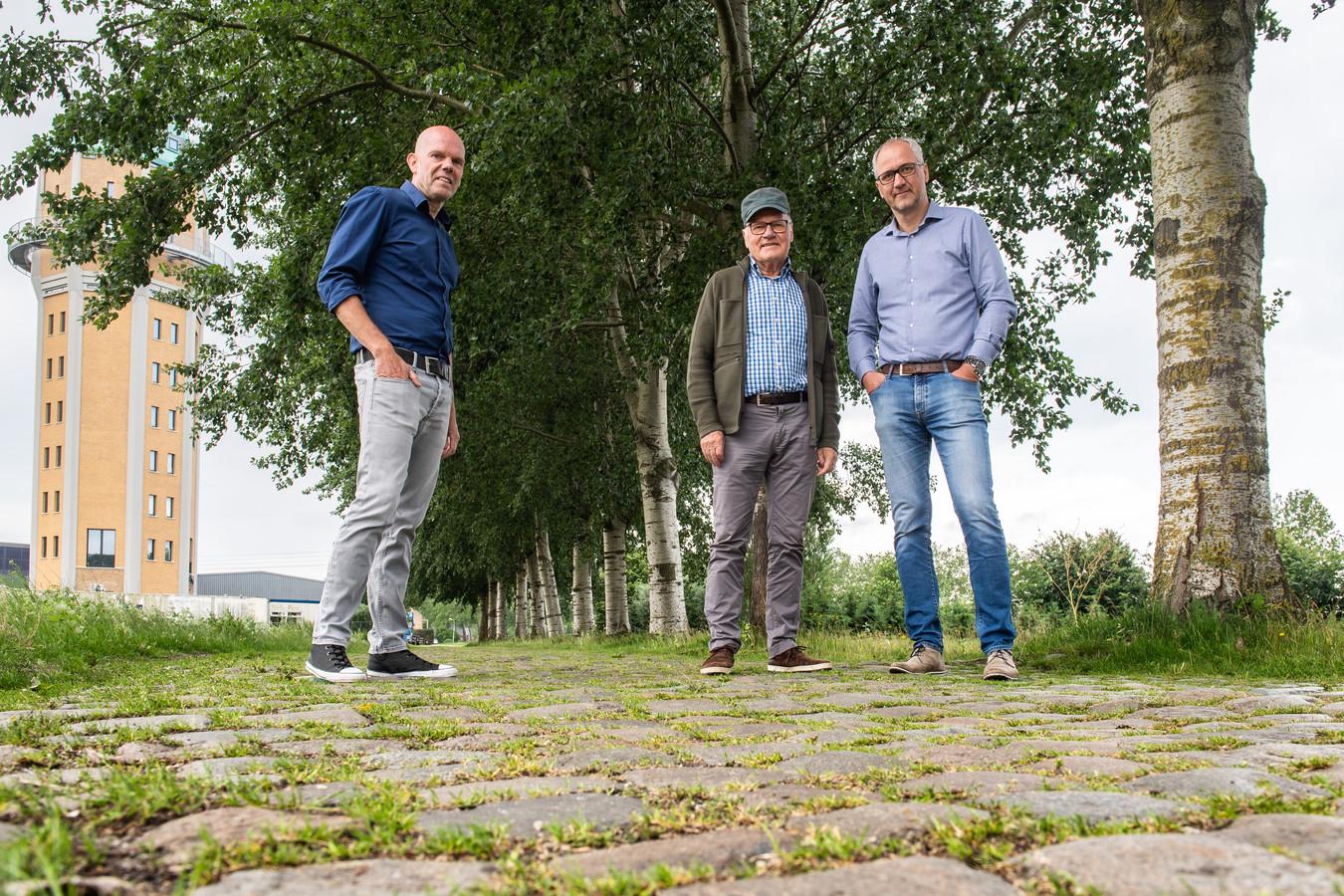 Wim en Arthur van Dongen met Martin van Steen (L) in de Watertorenstraat in Dongen.