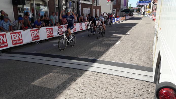 Nick Zuidewind gaat afgetekend als winnaar over de streep in de gecombineerde Draai-koers voor sportklasse, amateurs en junioren.