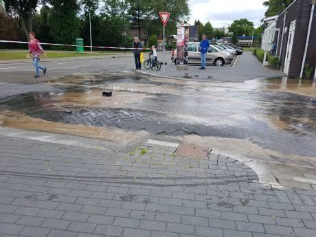 Leidingbreuk zet parkeerplaats in Apeldoorn onder water