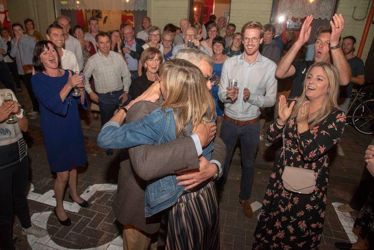 Eveline Hoste (rechts) viert feest terwijl kersvers burgemeester Elsie Sierens knuffels krijgt van afscheidnemend burgemeester Marc De Pauw in Destelbergen.