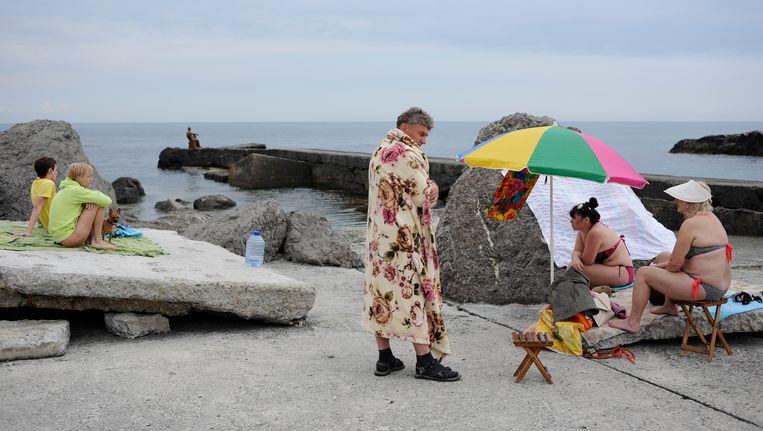 Russische toeristen bij het strand aan de Zwarte Zee. Beeld ap