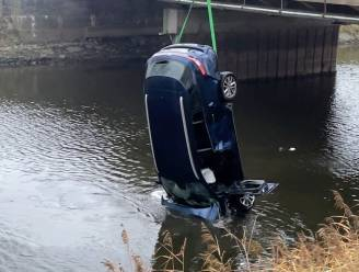 Bruggeling ramt balustrade en belandt met wagen in Leopoldkanaal