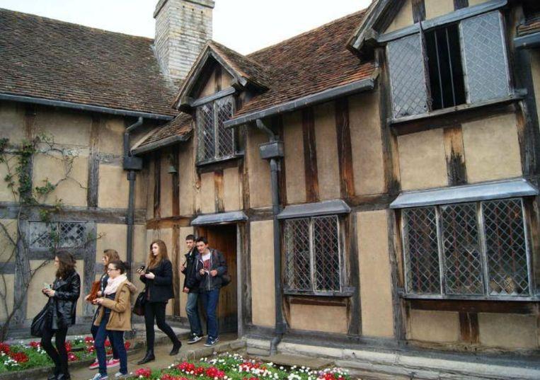 Toeristen bij het geboortehuis van Shakespeare in Stratford-upon-Avon, dat is uitgegroeid tot een heus bedevaartsoord. Beeld Arjen van der Horst