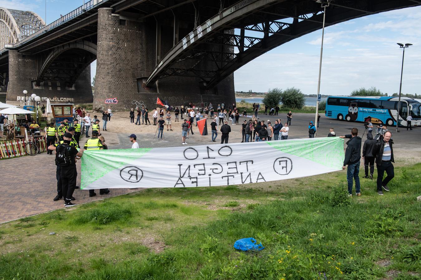 Onder de Waalbrug kwam het dit weekend even kort tot een clash tussen rechts en links.