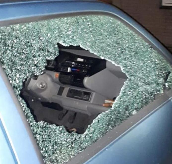 Jongeren vernielden de ruit van een auto van een 94-jarige in Culemborg.