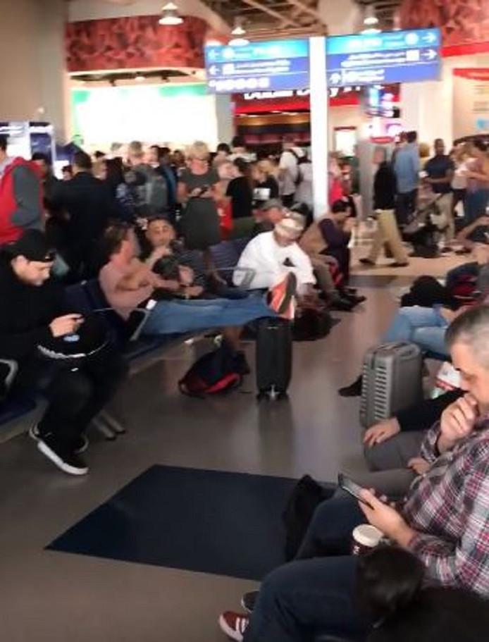 De onfortuinlijke reizigers, voor het merendeel Nederlanders, wachtten vandaag voor de derde keer op rij tevergeefs op hun terugvlucht naar Schiphol.