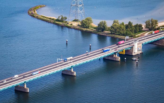 De Haringvlietbrug. Zeker in het vaarseizoen staat de brug vaak open en dat zorgt vaak voor files op de A29.