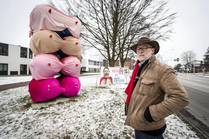 HENGELO - Kunstenaar Bert Meinen ( 73 ) teleurgesteld dat zijn 50-jarig kunstwerk de Bollen van Bert is ingepakt met reuze-bh's als verjaardagsgeintje voor 50-jarige bewoner