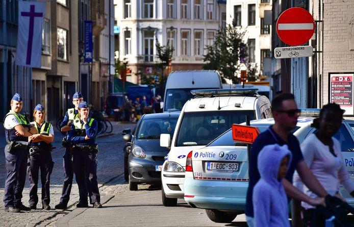 Politieagenten surveilleren voorafgaand aan het bezoek van Geert Wilders.