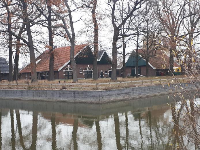 De monumentale boerderij 't Laerhuys aan de Bruinsweg in Hengelo, aan de rand van de grote vijver op het Gezondheidspark.