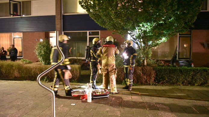 De brandweer aan de Rossinistraat in Almelo.