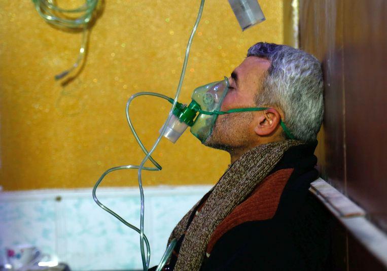 Deze Syrische man werd behandeld in het ziekenhuis na een vermeende gasaanval in Syrië.