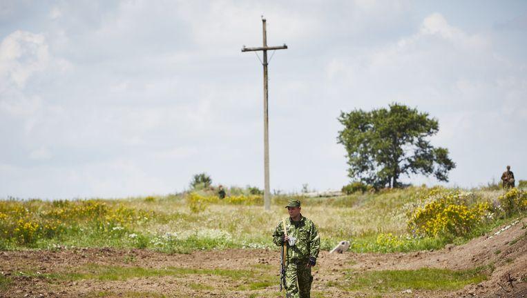 Pro-Russische rebellen op de plek in Oekraïne waar exact een jaar na de ramp een herdenkingsceremonie is gehouden. Beeld anp