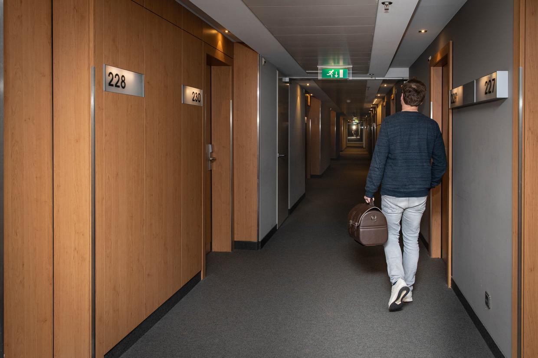 Toeristendokter Peter van Ommeren in het Steigenbergerhotel bij Schiphol. Beeld Dingena Mol