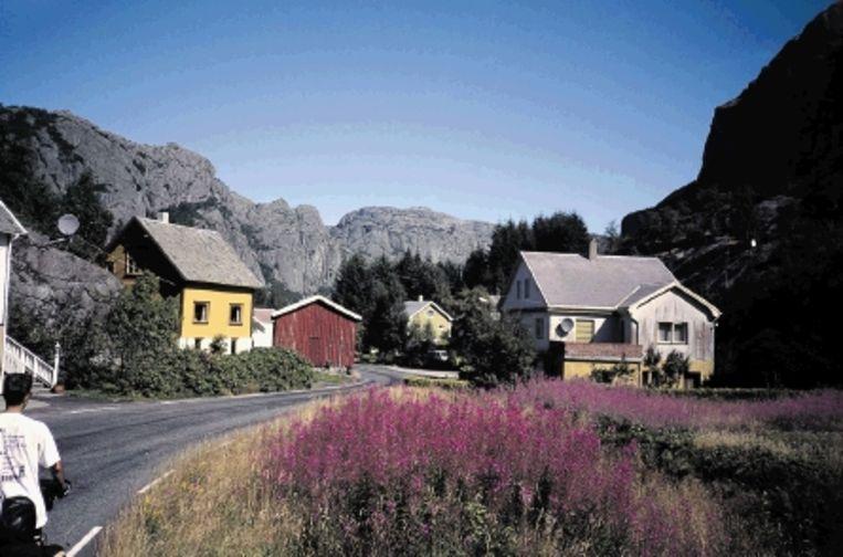 De Noordzeefietsroute voert langs vredige dorpjes (links). Boven de Henrik Ibsen op het Telemarkkanaal en rechts de Peer Gynt-vallei. (FOTO'S RUTGER VAN DEN HOOFDAKKER) Beeld