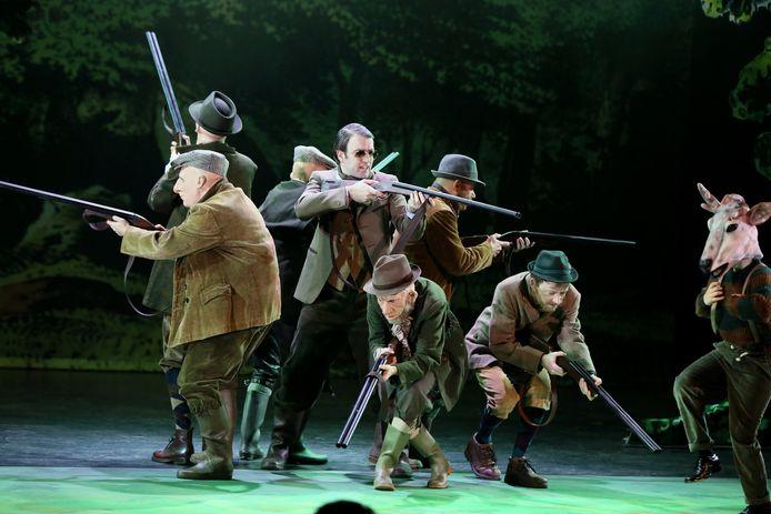 Prins Bernard (Patrick Duijtshof, midden) waagt zich aan een jachtpartijtje in 'Repelsteeltje en de blinde prinses' door Theater Rotterdam
