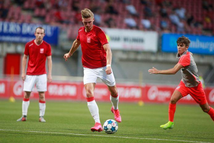 Iker Pozo van FC Eindhoven (r) probeert de spits van MVV te achterhalen.