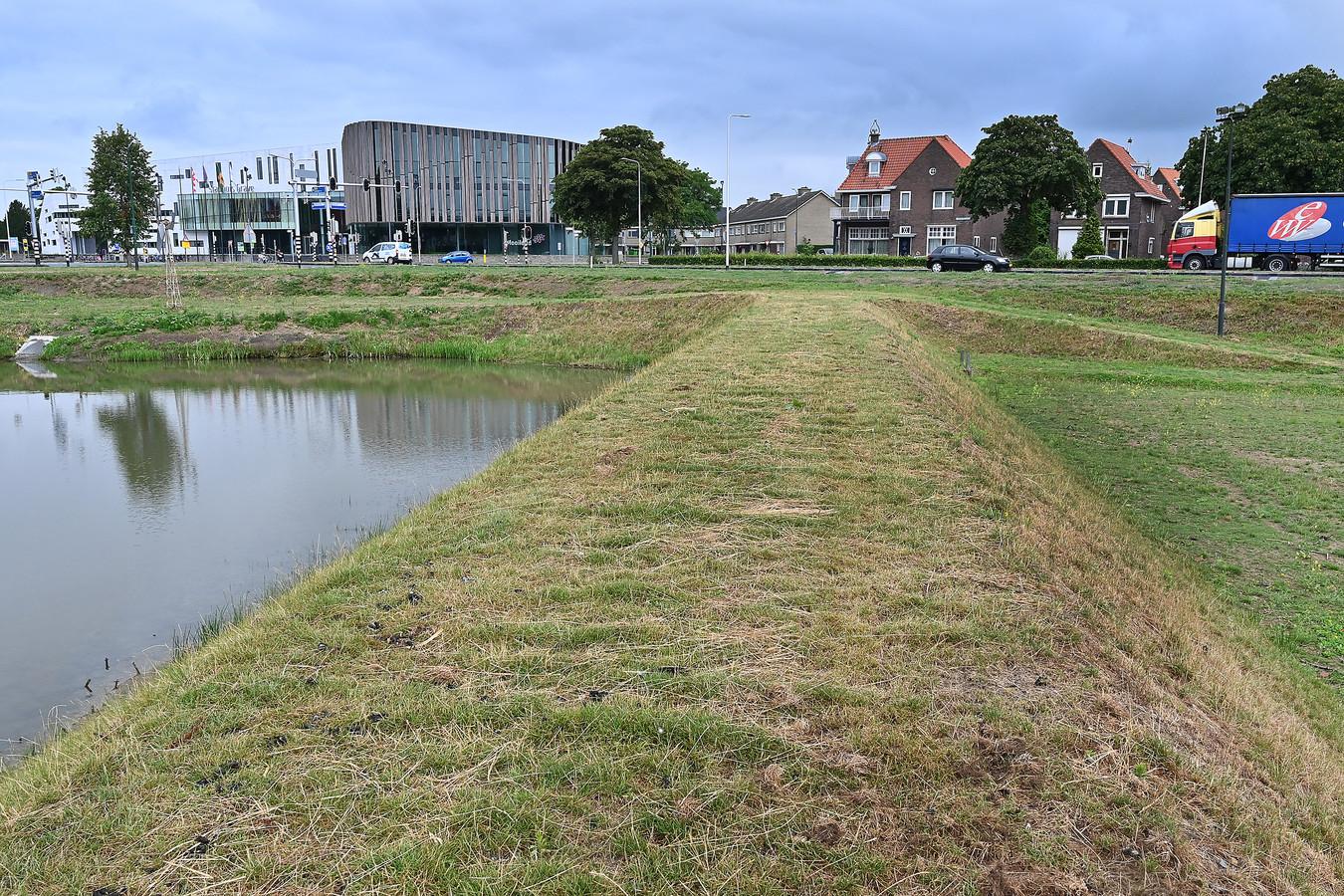 Het talud van de ravelijnen met de kort gemaaide oevers aan de Lovendaalsingel inGrave.
