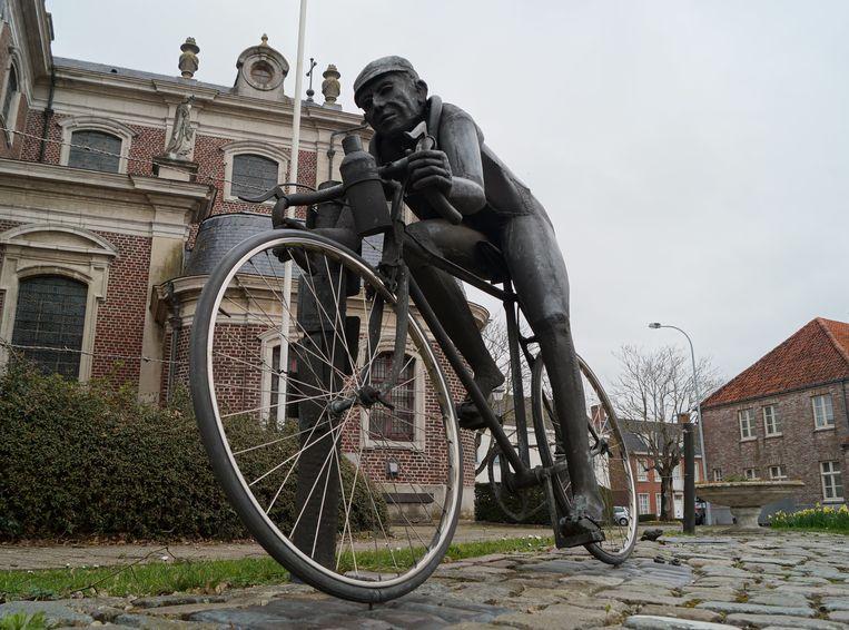 Het standbeeld van Briek Schotte op de markt van Kanegem.