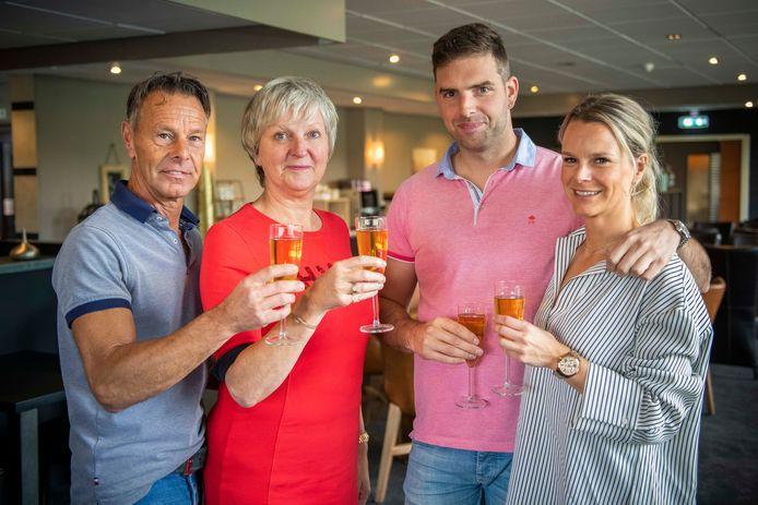 Eric en Linda Scherbeijn, Joeri Smoor en Michaëla Scherbeijn (vlnr) proosten op de samenwerking.