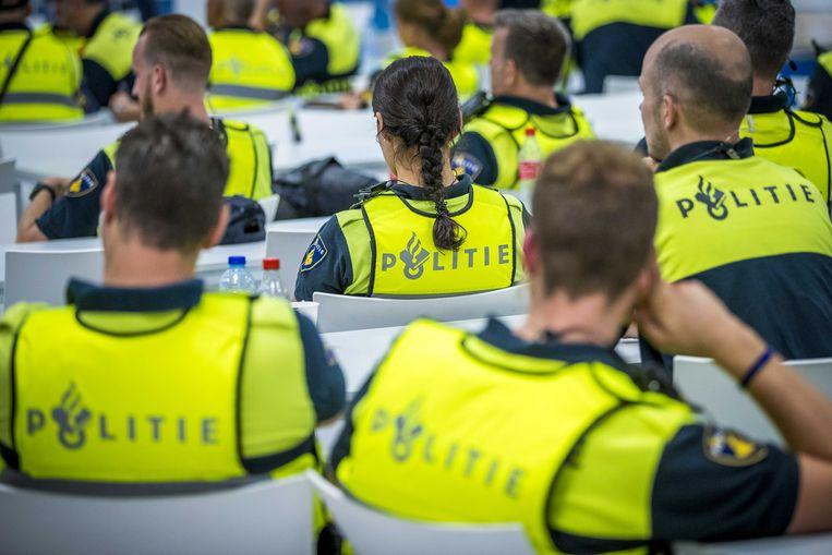 Agenten komen in Sittard bijeen voor een cao-bijeenkomst.  Beeld Marcel van Hoorn