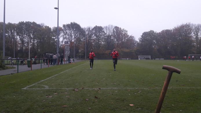 NEC-speler Steeven Langil (links) breekt de training af na een knietje en volgt hersteltraining met Robin Buwalda die terugkomt van een knieblessure.