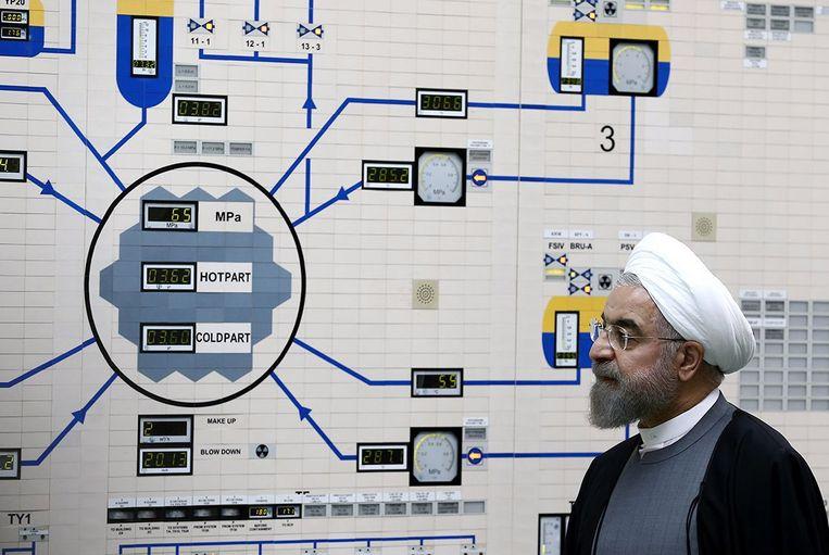 De Iraanse president Hassan Rohani in 2015, bij het inspecteren van een toen net nieuwe reactor in de stad Bushehr. Beeld EPA