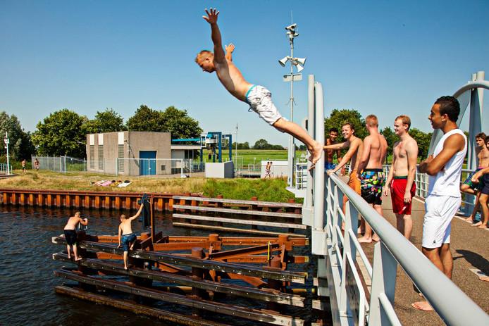 De jongens waren ziek geworden nadat ze bij de Malebrug hadden gezwommen. (Archieffoto; de personen op de foto hebben niets te maken met dit artikel.)