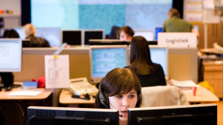 Vrouwen aan het werk bij de ANWB Alarmcentrale in Den Haag Beeld anp