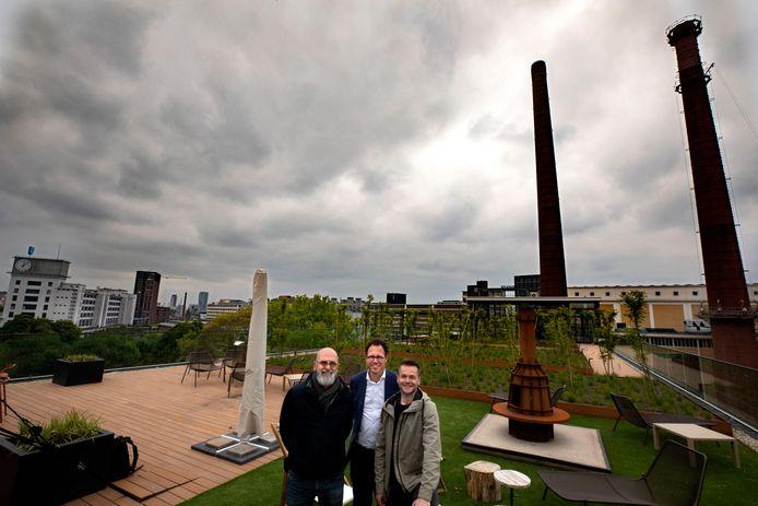 Ad van Berlo, Boudie Hoogedeure en Daan Heijsters (v.l.n.r.) van stichting Innovation District Strijp-T in de daktuin van gebouw TQ in Eindhoven.