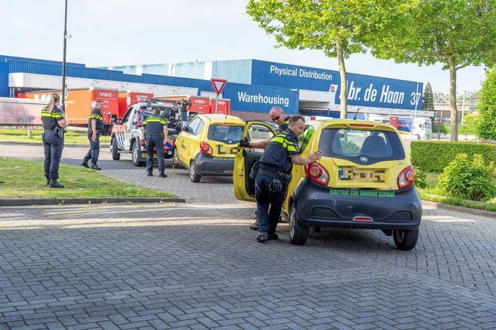 De politie heeft dinsdagochtend bij een bedrijf op de Newtonweg in Alblasserdam een aantal elektrische auto's in beslag genomen. Bij de inval waren tientallen agenten betrokken.