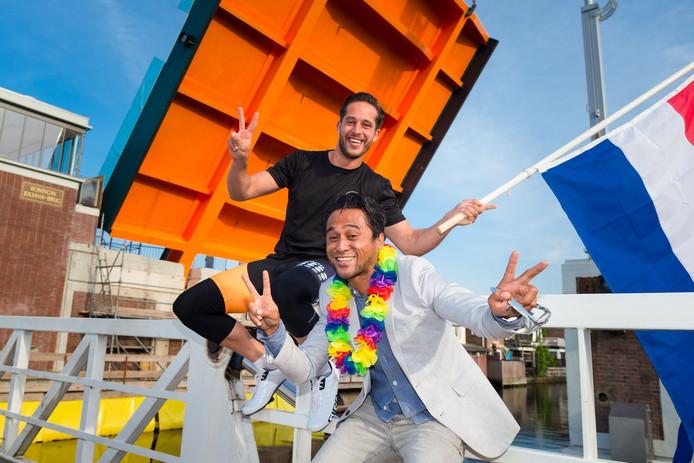 Marcel Wattimury (rechts) startte in 2016 een facebookpagina voor een groot feest bij de opening van de Julianabrug.